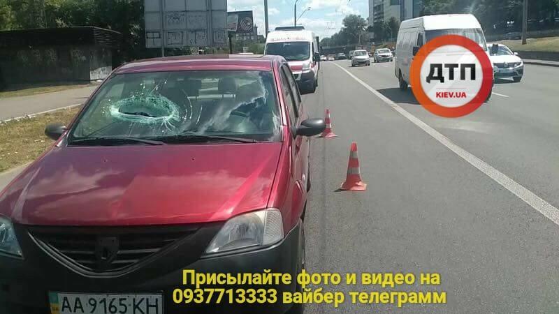 В Киеве упавший с путепровода кусок бетона почти оторвал руку пассажиру иномарки