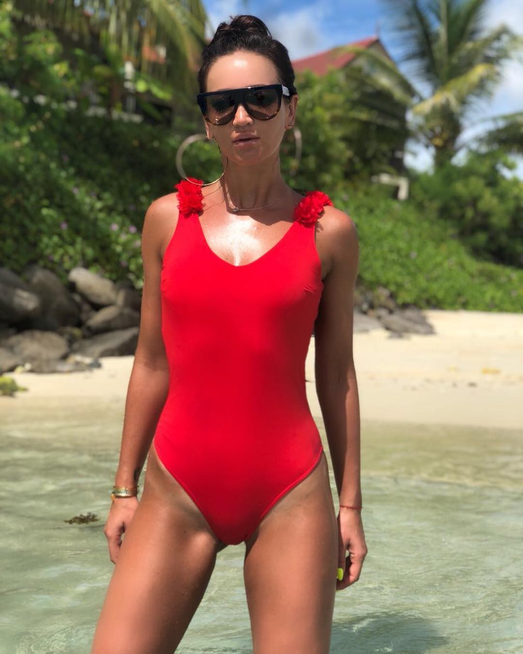 Певица поделилась снимком в ярком пляжном образе