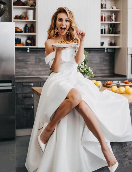 Екатерина Варнава позировала в белом платье и с тарелкой