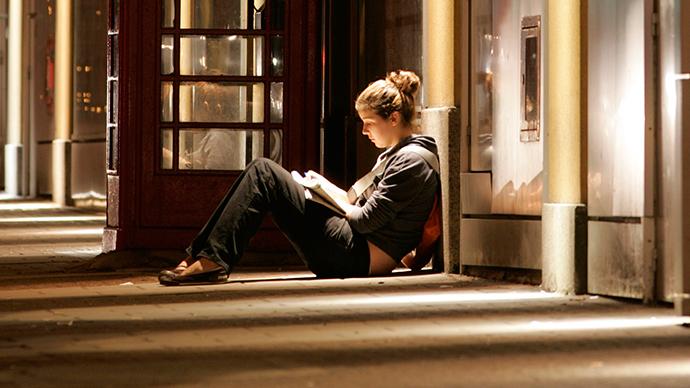 Психолог утверждает, что из-за страха одиночества и осуждения люди становятся  зависимыми невротиками, утверждает психолог