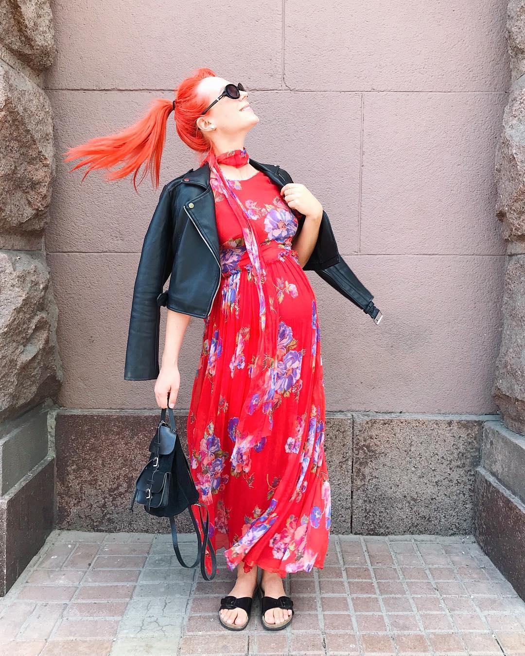 Певица позировала в платье, которое подчеркивало ее положение