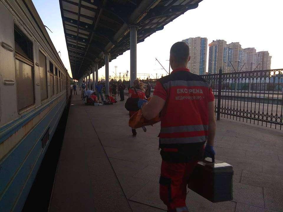 В Киеве парень, возможно, из-за катания на крыше электрички, получил ожоги