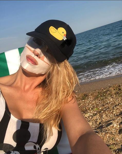 Оля Полякова позировала на пляже в косметической маске