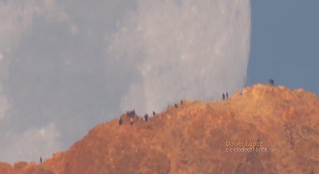 Лопес снял, как гигантская Луна надвигается на людей.