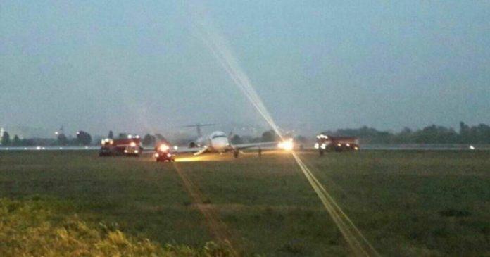Очевидцы уверяют, что у самолета задымилось крыло