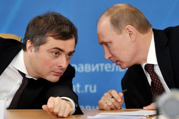 Владимир Путин и его советник Владислав Сурков (слева).