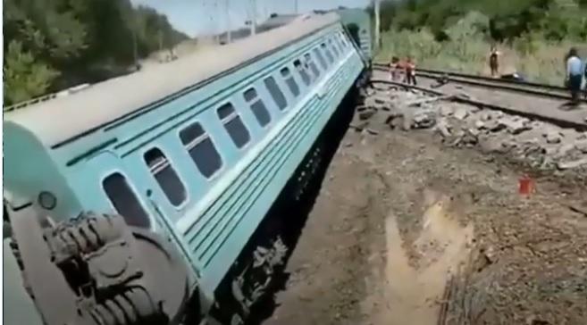 8 вагонов пассажирского поезда