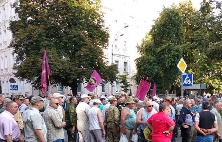 В Киеве под Радой во время митинга были столкновения