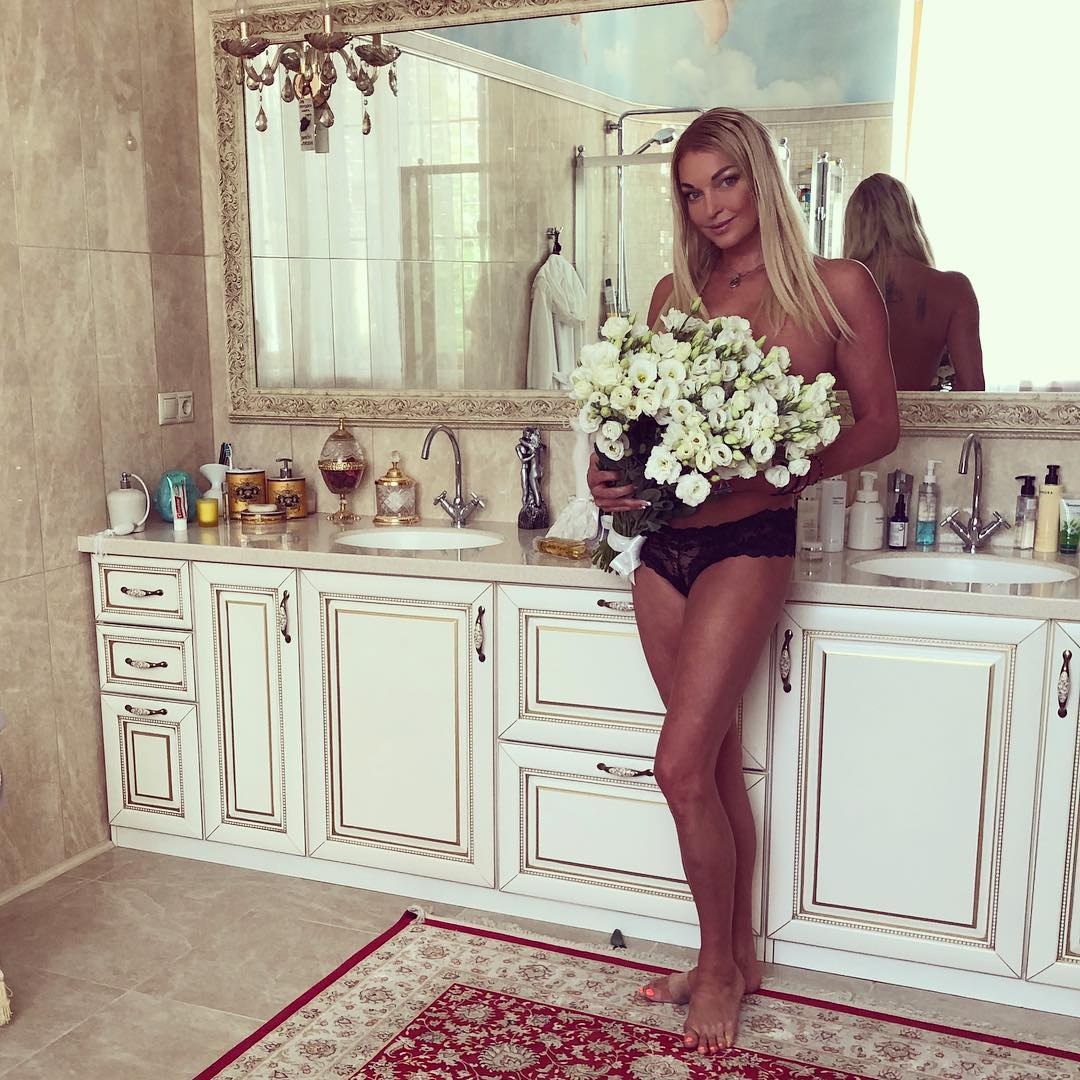 Анастасия Волочкова прикрыла грудь букетом цветов
