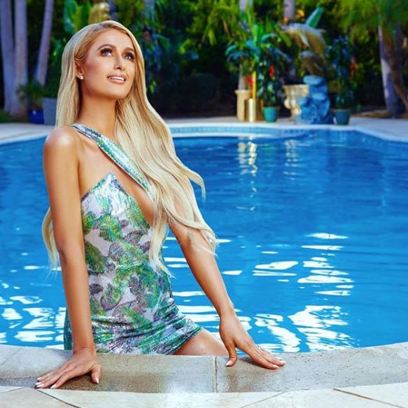 Пэрис Хилтон в бассейне позировала в необычном платье