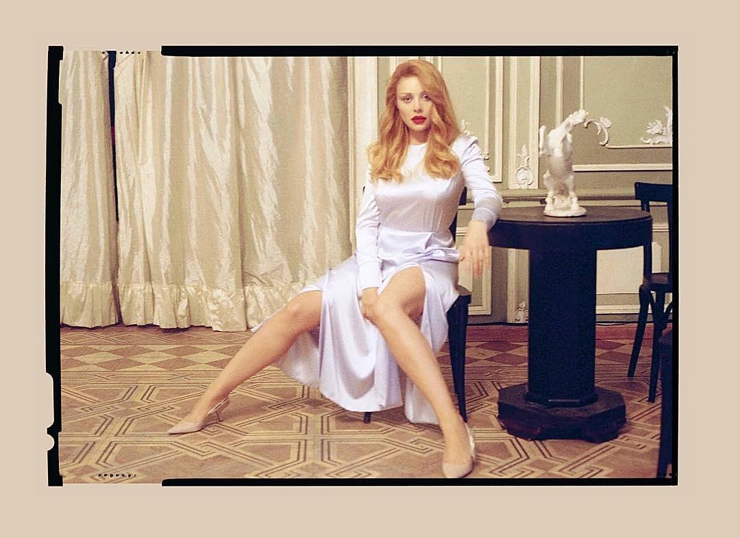 Тина Кароль позировала в платье с высокими разрезами