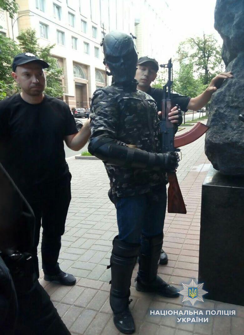 """""""Агент Кремля шел за депутатами"""": возле Кабмина задержали парня с автоматом Калашникова. Фото, видео"""
