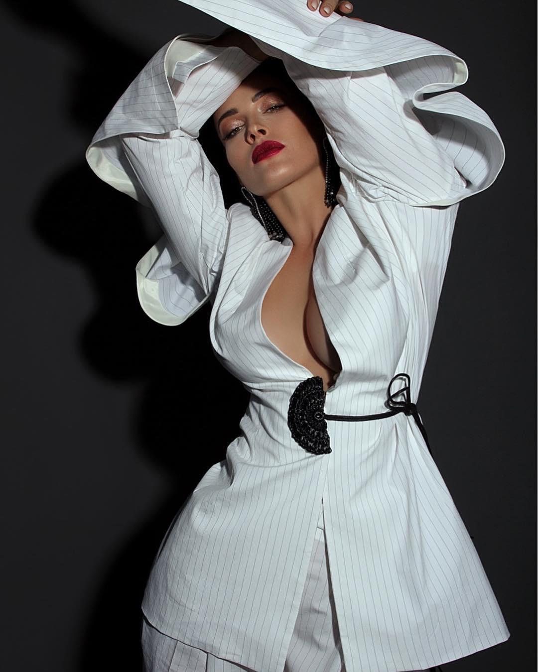 Артистка позировала в белом костюме на голое тело