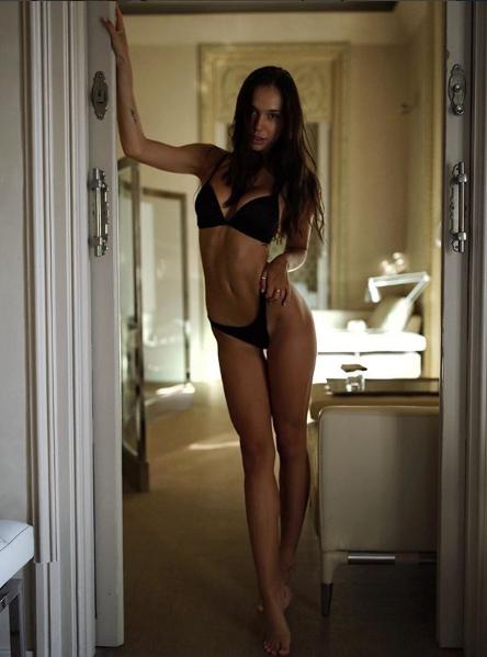 Алексис Рен позировала в сексуальном белье