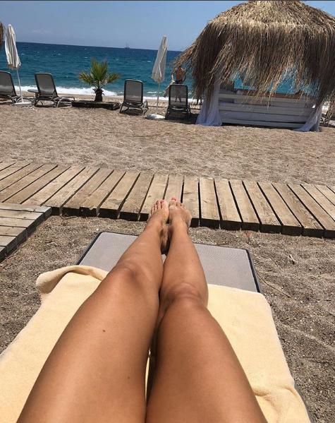 Оля Полякова на пляже сфотографировала свои ноги