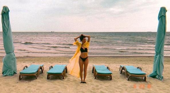 Надя Дорофеева на пляже позировала в купальнике и халатике