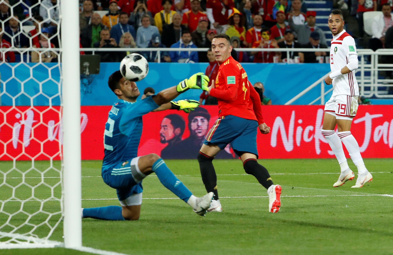 Гол Яго Аспаса позволил Испании избежать поражения и занять первое место в своей группе.