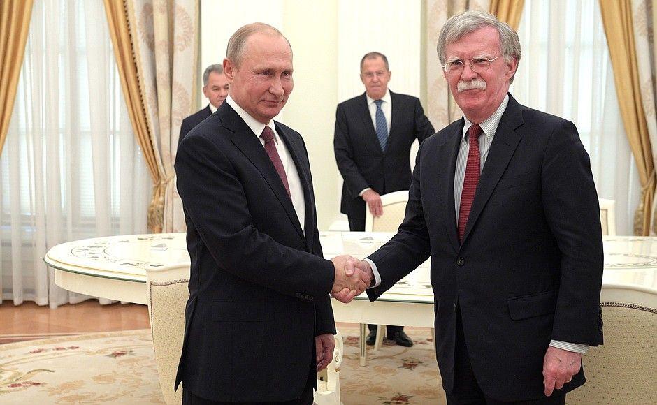 Владимир Путин стал одного роста с Джоном Болтоном