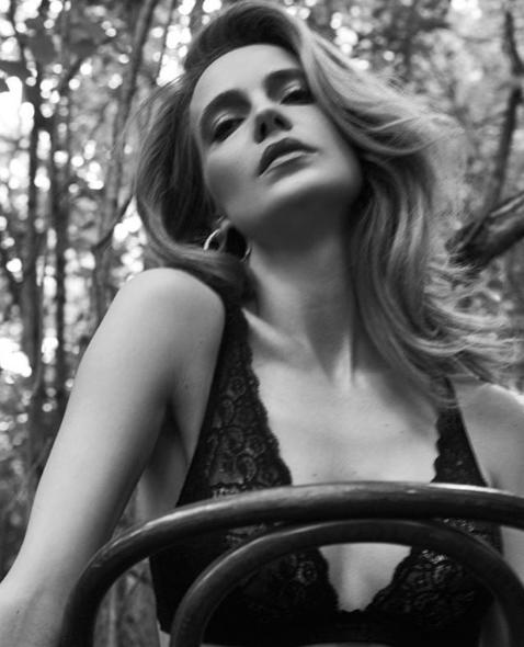 Певица Глюкоза (Наталья Чистякова-Ионова) на природе позировала в лифчике