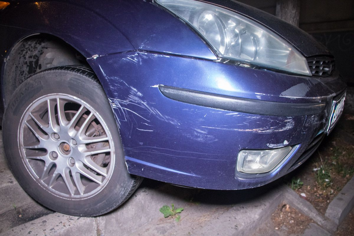 """В Киеве мужчина на иномарке повредил два авто, пытался скрыться и попал в """"ловушку"""""""