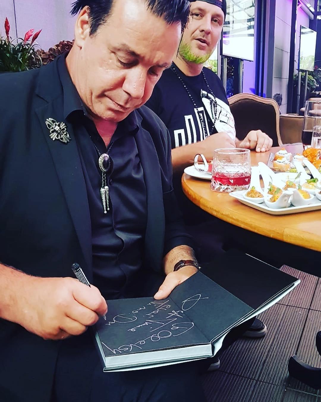 Линдеманн оставил автограф Потапу