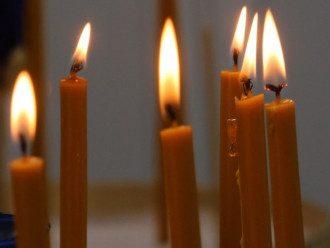 Горящие церковные свечи