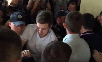 В ходе драки активистам удалось взломать дверь и прорваться к сессионному залу