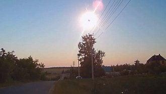 В небе произошла яркая вспышка, после которой остался след