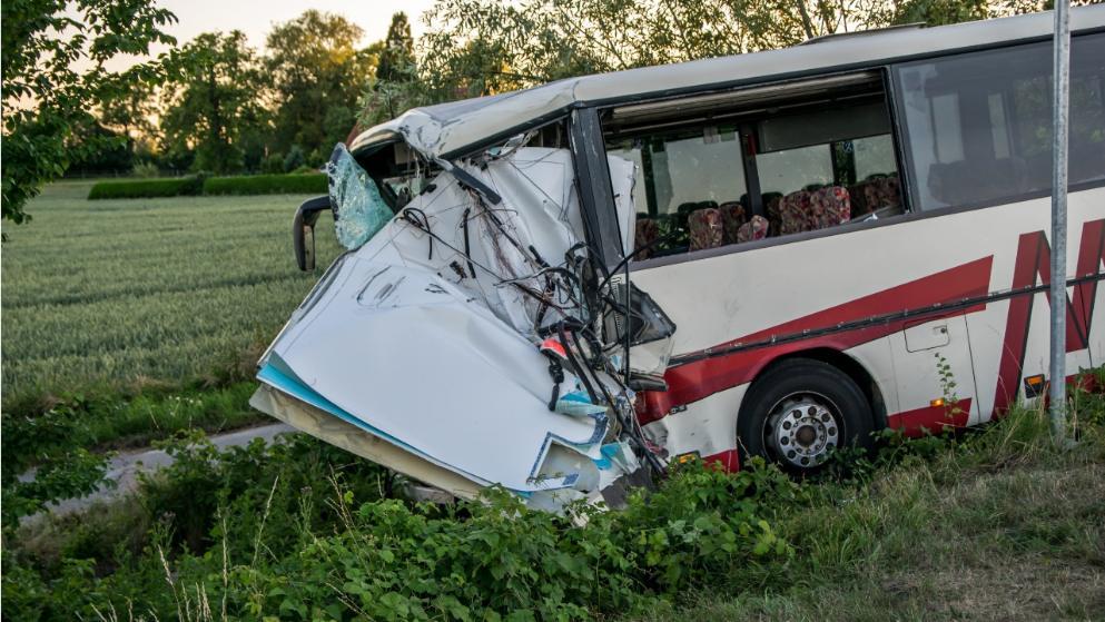 """Автобус врезался в карету """"скорой помощи"""", и сполз на обочину"""