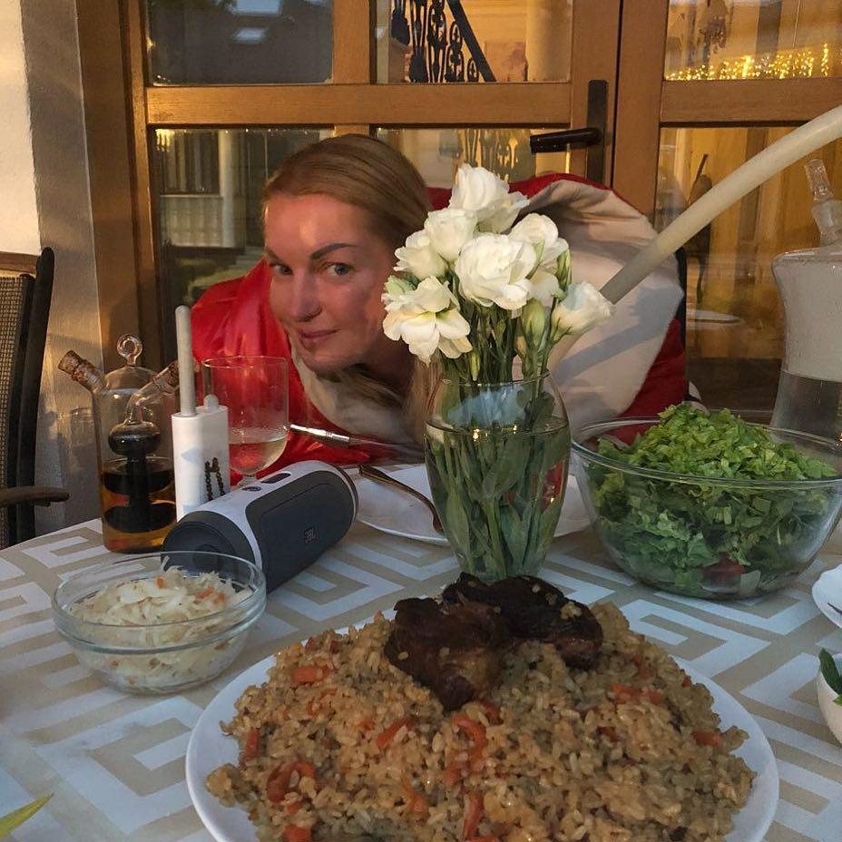 А это фото раскритиковали за красный цвет лица Волочковой