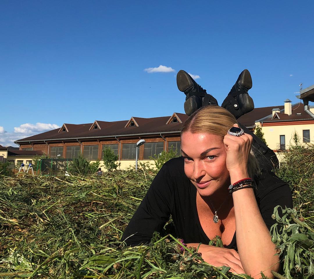 Анастасия Волочкова на греческом острове позировала обнаженной