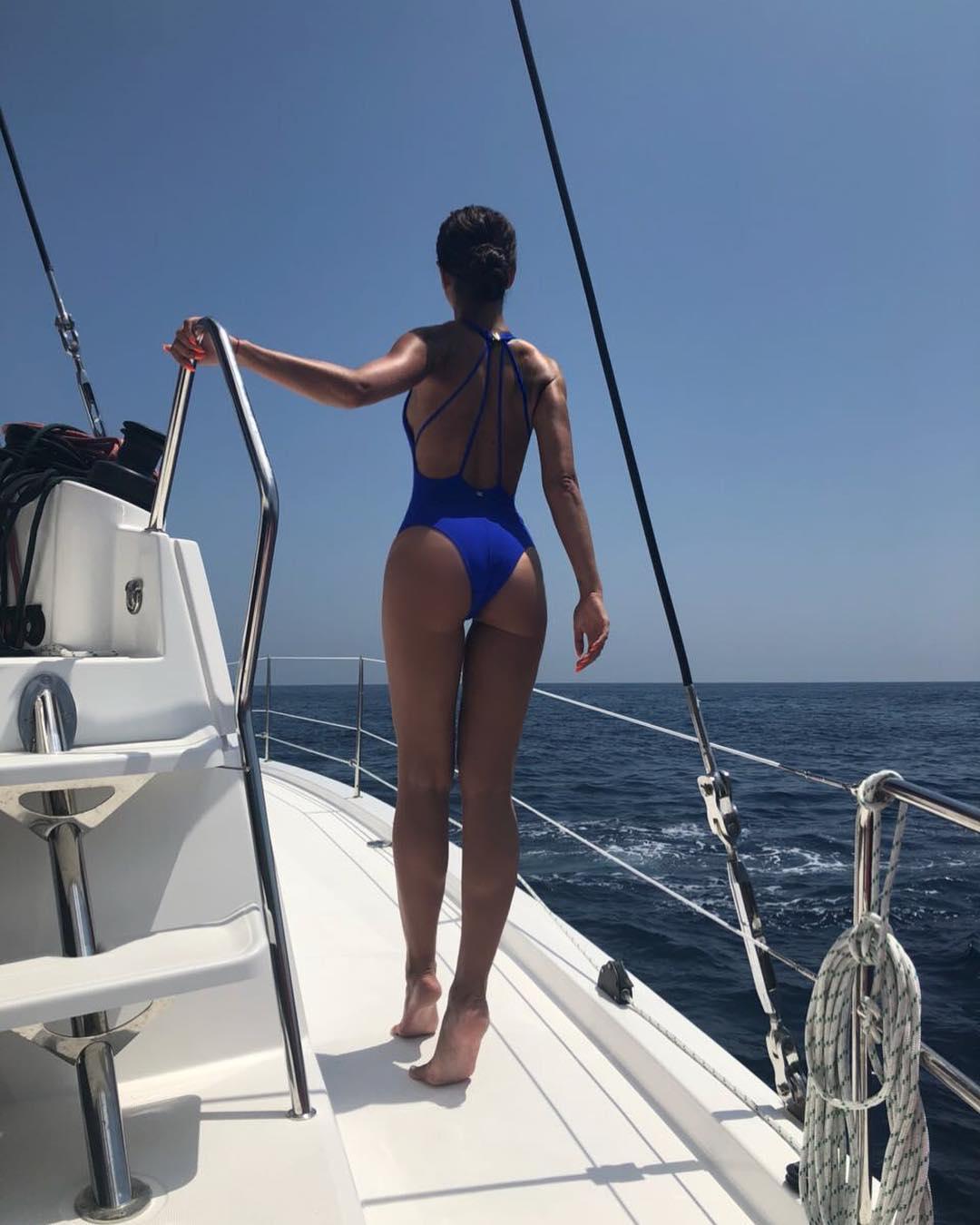Ольга Бузова позировала в купальнике на яхте