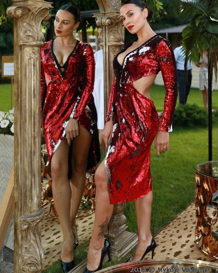 Артистка позировала в красном платье с пайетками