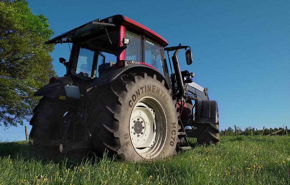 На тракторе можно не только обрабатывать землю, но и ездить домой. Напрямик