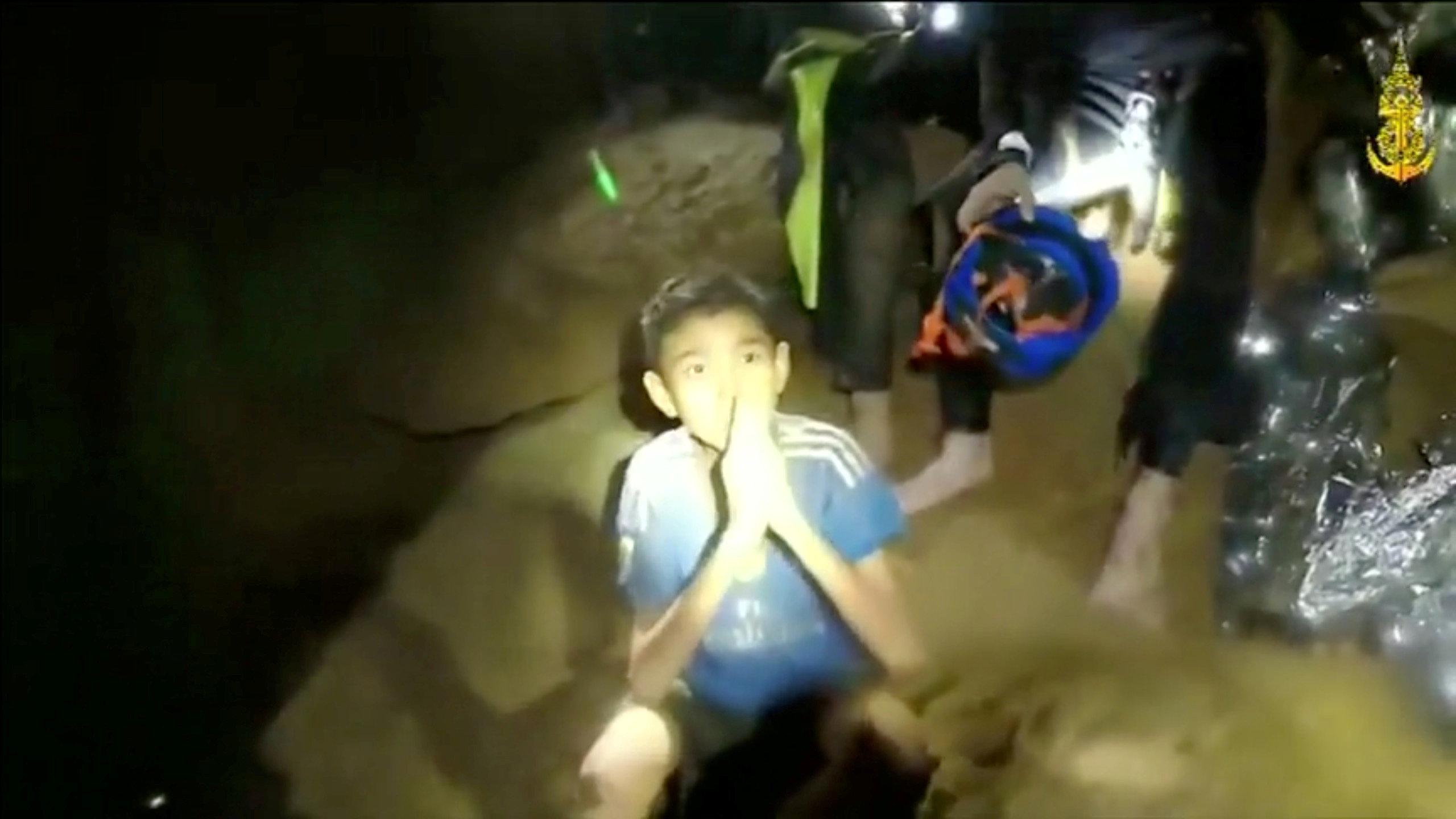 При спасение детей из пещеры в Таиланде умер один из спасателей.