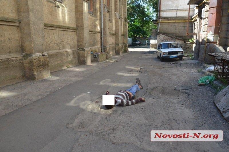 Тело лежит на улице с семи утра - и вывозить его, похоже, никто не собирается