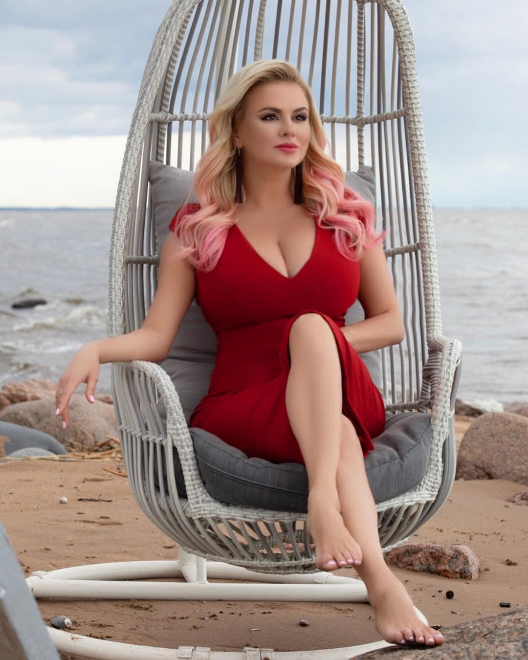 Анна Семенович позировала в платье с глубоким вырезом