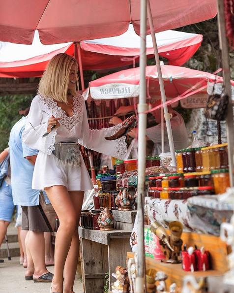 Леся Никитюк в Батуми позировала в комбинезоне с глубоким декольте