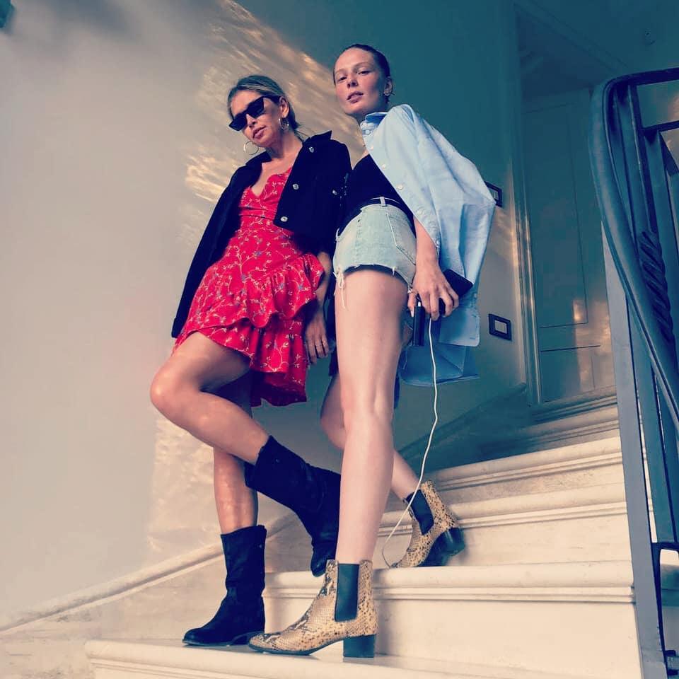 Певица позировала на лестнице с подругой