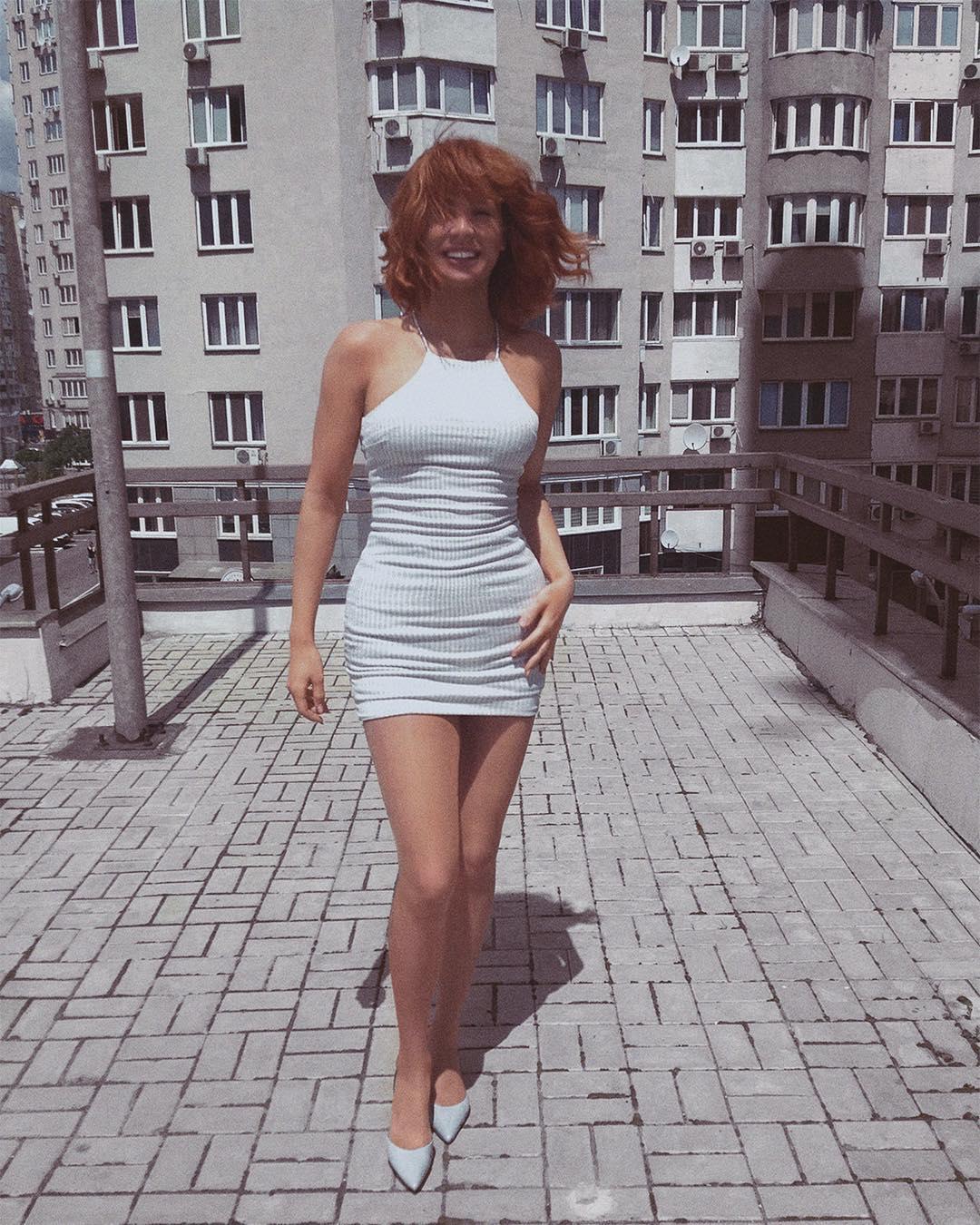 Зианджа позировала в белом наряде
