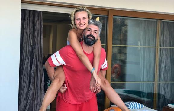 Полина Гагарина отправилась в Грецию с мужем и детьми