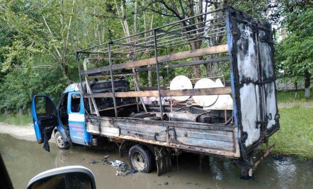 Несмотря на своеобразную помощь, автомобиль сгорел дотла