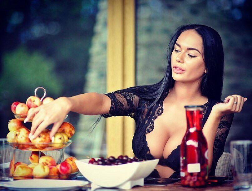 Актриса считает своим главным козырем пышную грудь, и всячески старается на фото подчеркнуть свой бюст