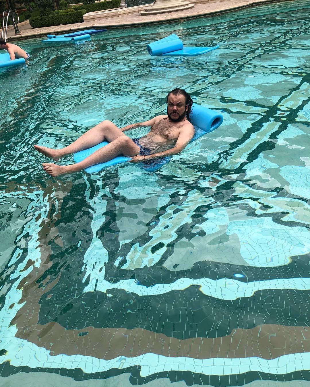 Филипп Киркоров позировал в бассейне