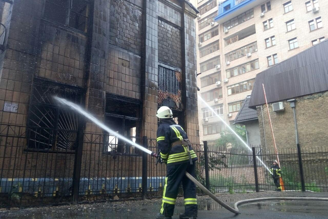 В центре Киева пожар уничтожил детский сад: фото