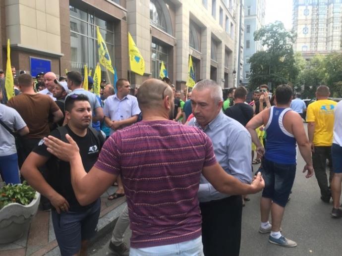Протестующие под Кабмином добились своих требований.