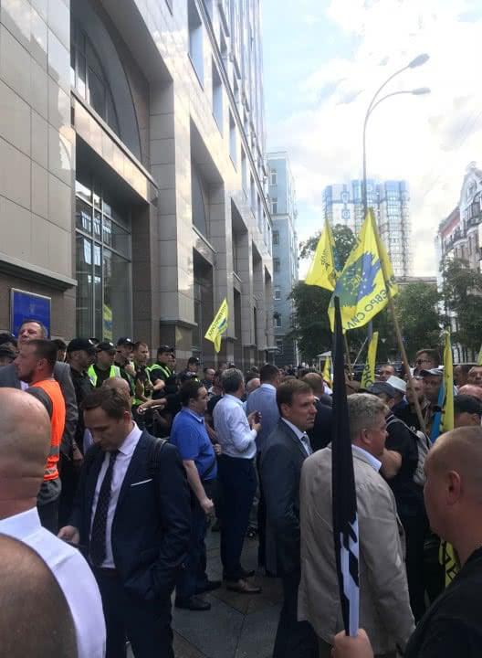 В итоге демонстранты устроили две драки - с депутатами и с полицией