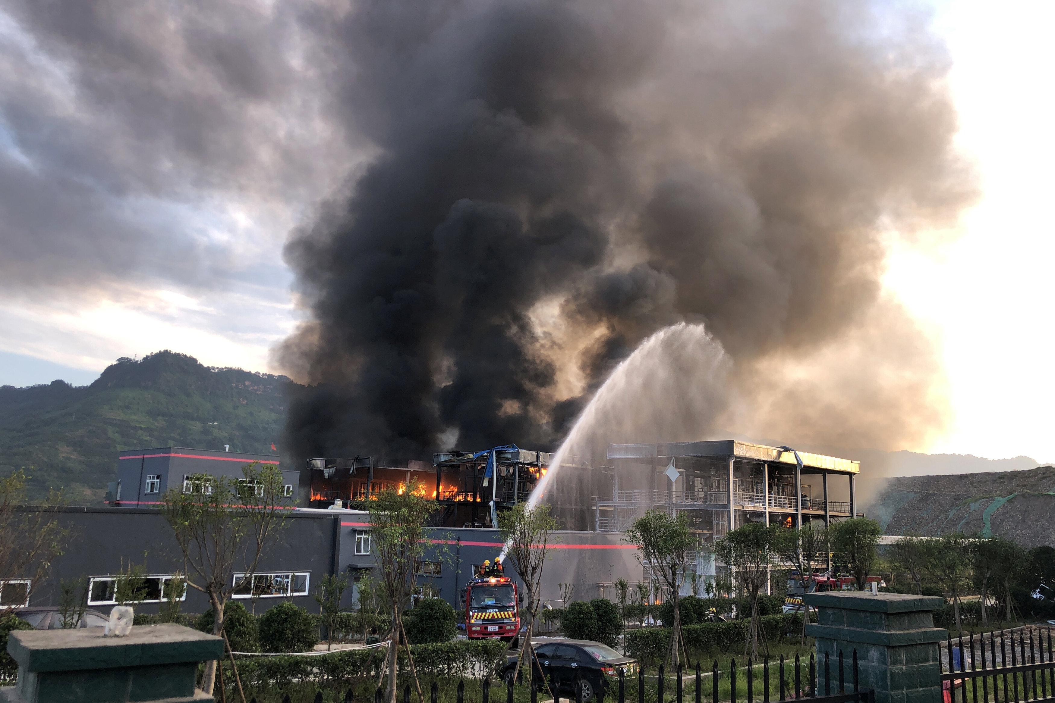 В Китае в промышленном парке произошел взрыв, начался пожар, погибли 19 человек