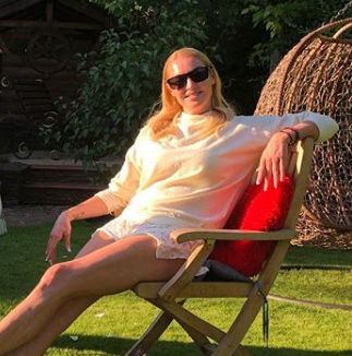 Анастасия Волочкова позировала с жеребцом