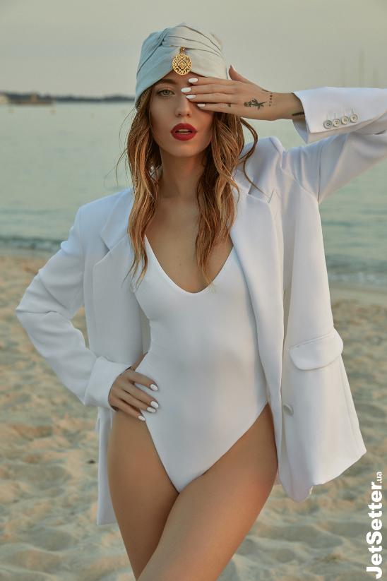 Надя Дорофеева позировала в экстравагантном образе